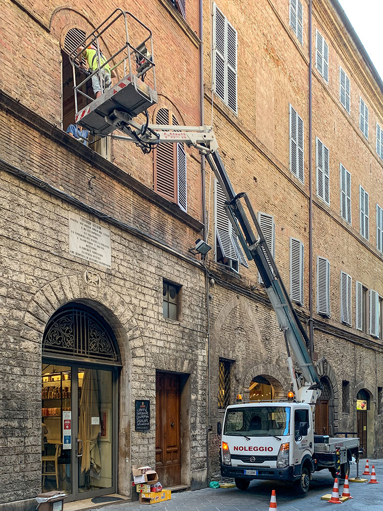 noleggio cestello con operatore centro storico siena